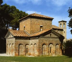 L'esterno del Mausoleo di Galla Placidia, risalente alla prima metà del V secolo, uno dei monumenti simbolo della città di Ravenna.